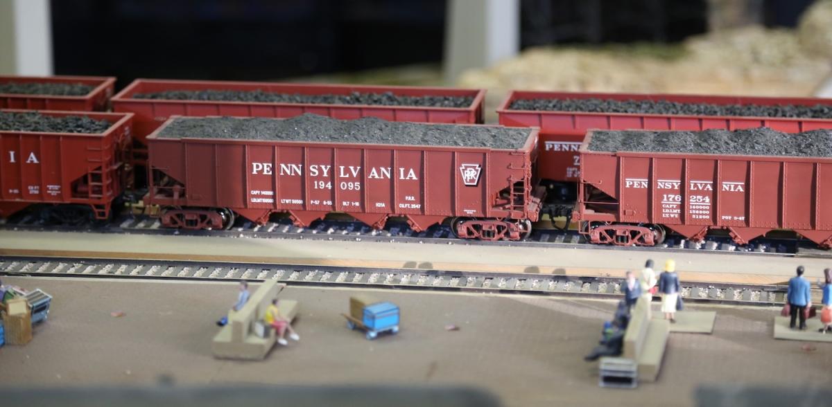 Vintage Model Trains Chug Around The Big Bend RailroadClub